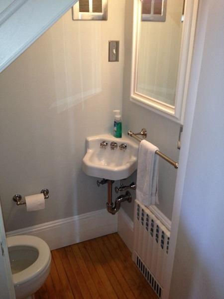 Nhà vệ sinh dưới cầu thang