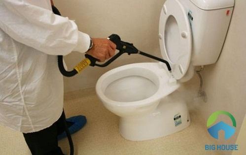 cách xử lý bồn cầu bị rò nước